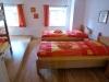 oranges Zimmer mit Variante Einzelbetten